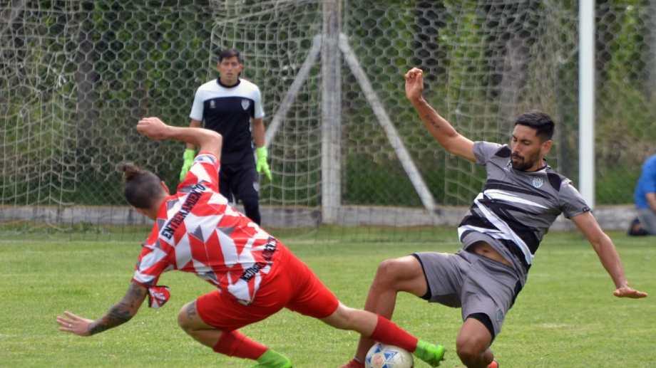 En un típico partido de pretemporada, Cipo y el Rojo jugaron un encuentro trabado y deslucido. Los neuquinos fueron competitivos. (Foto: Yamil Regules)