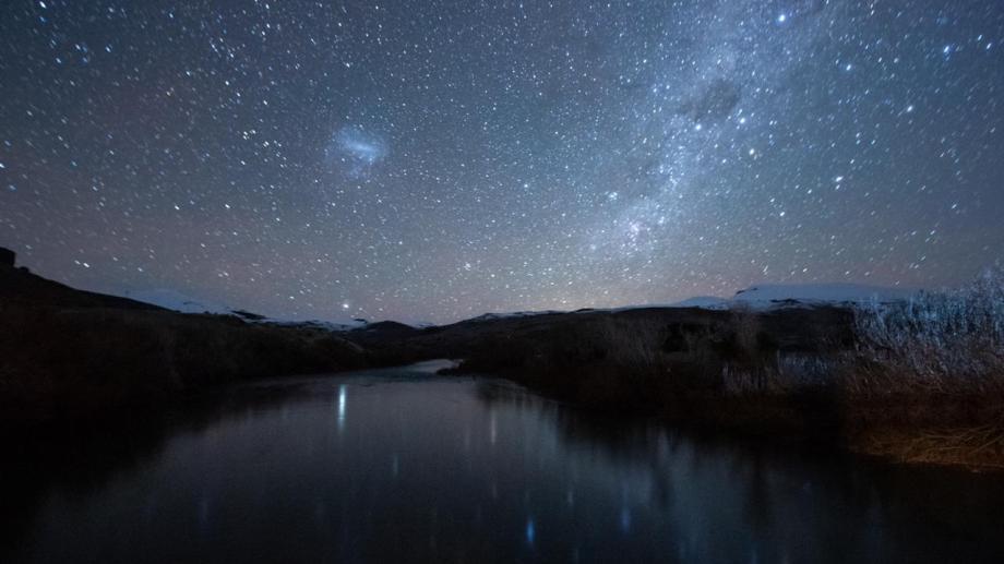 Los cielos de Aluminé desde el puente del Rahue. Foto: Matías Cordero vía Secretaría de Turismo de Aluminé.