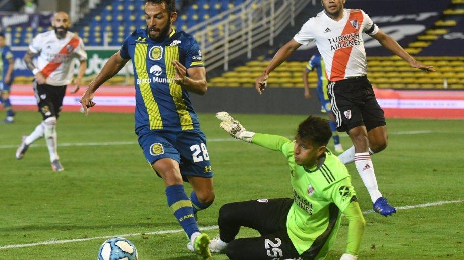 Bologna evita el gol de Gamba. Atrás, el paraguayo Rojas, autor del primer gol.