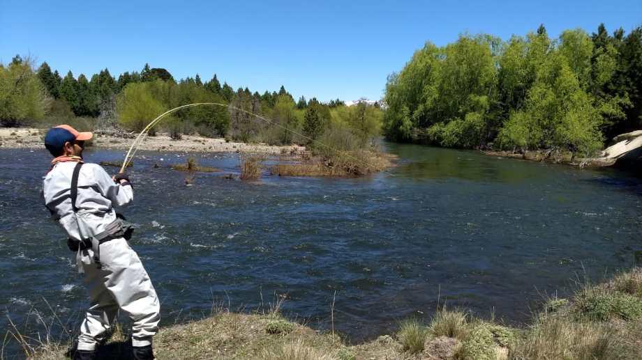 La temporada de pesca comenzó con buen pique en ríos y arroyos de Aluminé y Villa Pehuenia Moquehue. Foto: Ricardo Maoreznic.