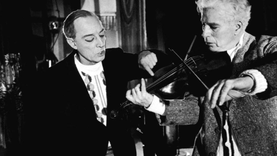 Chaplin toca el violín, ante la atenta mirada de Buster Keaton.
