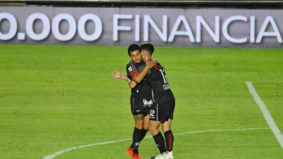 Rodríguez metió el golazo para Colón y recibió el saludo de Chancalay. El Pulga ni se inmutó para festejar.