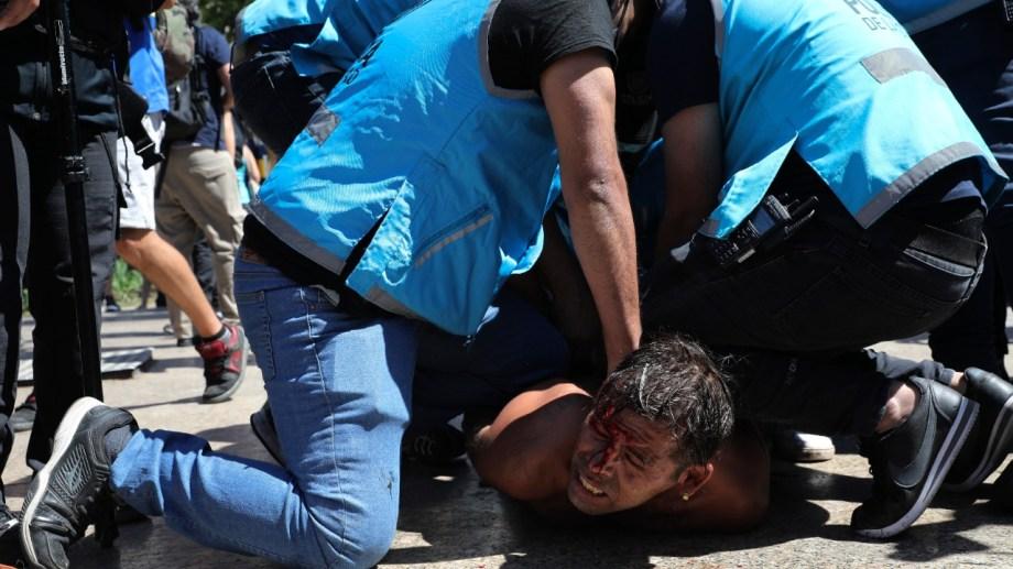 La Policía reprimió a muchas de las personas que fueron al velatorio de Maradona.