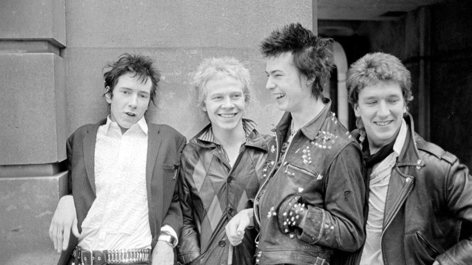 La formación definitiva de Sex Pistols, con Johnny Rotten y Sid Vicious en el centro de la escena.