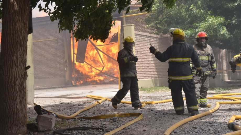 Trabajaron varias dotaciones de bomberos y el helicóptero para contener el fuego. (Foto: Yamil Regules)