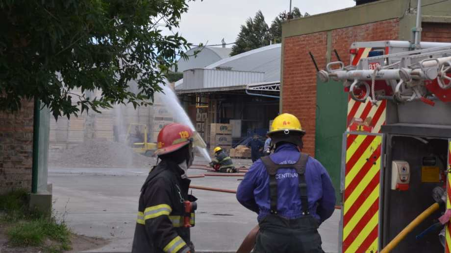 Apagar el fuego por completo en el galpón de empaque demandó más de 24 horas. (Foto: Yamil Regules)