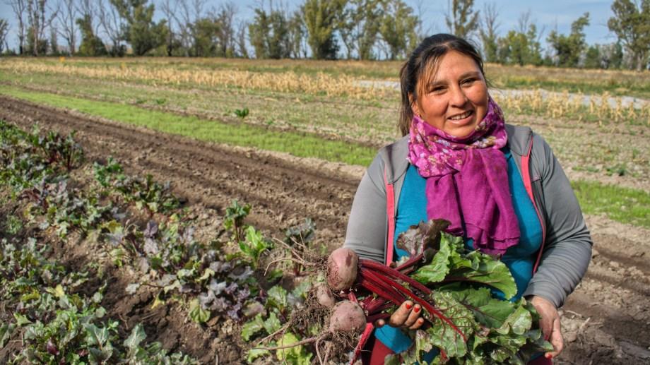 """Juana muestra parte de la producción lograda en el marco del proyecto, que está por cumplir dos años. """"Vamos cambiando por productos naturales los insumos que antes comprábamos"""", destacó."""