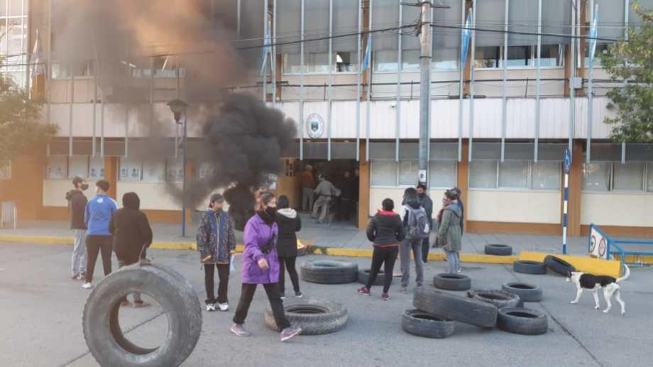 La quema de cubiertas volvió a las puertas del municipio de Roca, esta mañana. (foto: gentileza)