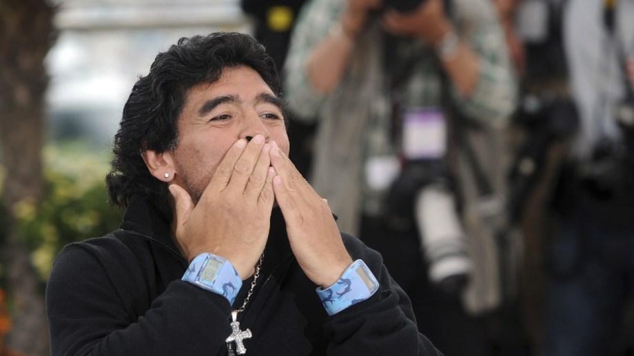 Un beso de despedida. Murió Maradona, nace el mito.