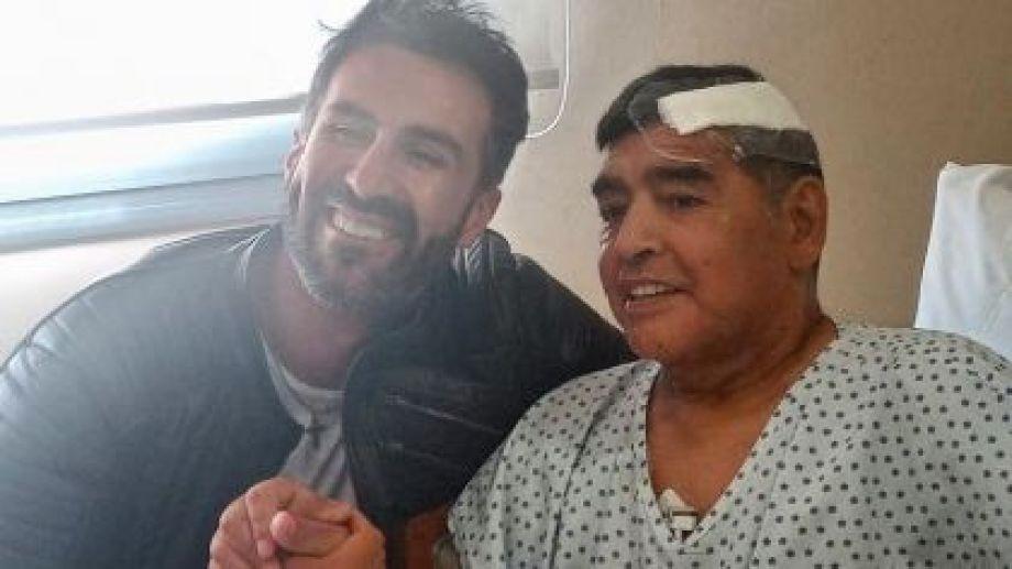El médico Luque y el fallecido astro del fútbol mundial.