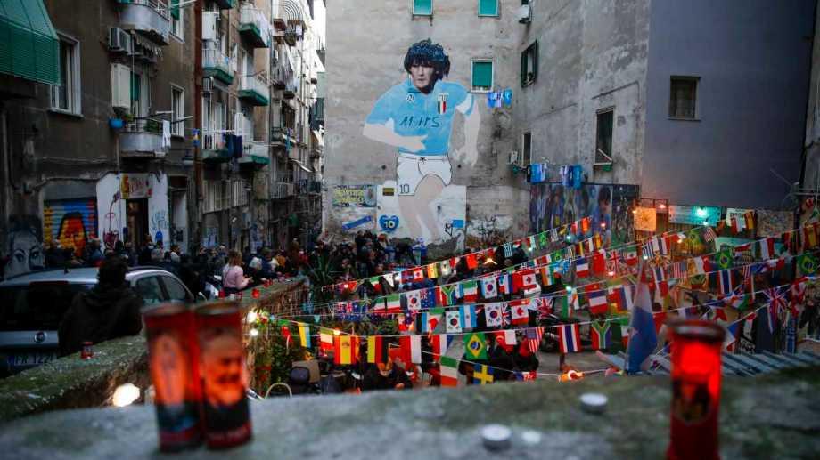 Velas encendidas en honor a Diego Maradona. Foto: AP