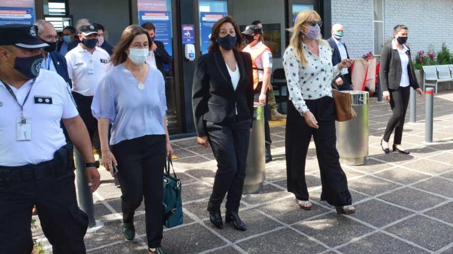 Carreras recibió a las funcionarias nacionales en el aeropuerto Castello. Foto: Marcelo Ochoa.