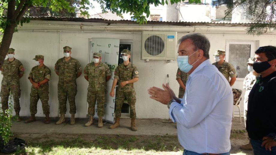 El intendente junto a los uniformados durante la despedida. Foto: gentileza.