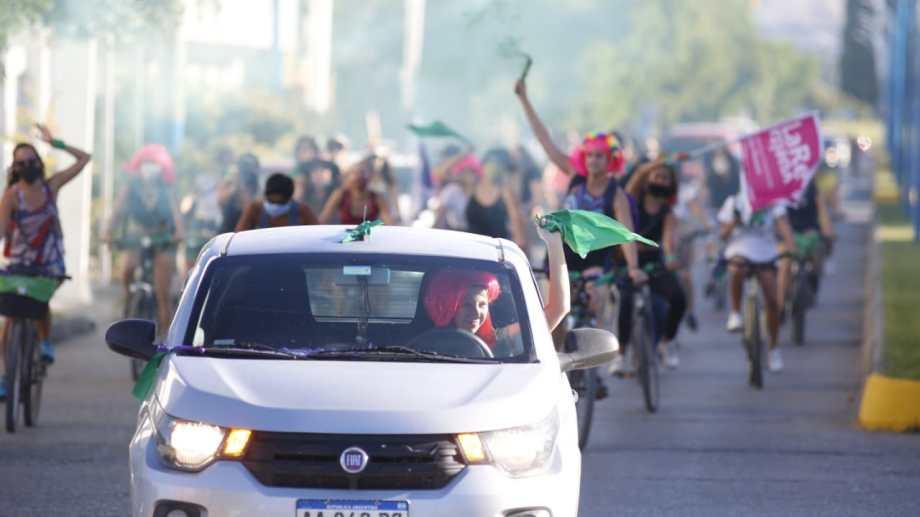 Los tradicionales pañuelos verdes le pusieron color a la protesta por las calles de Roca. (foto:  Juan Thomes)