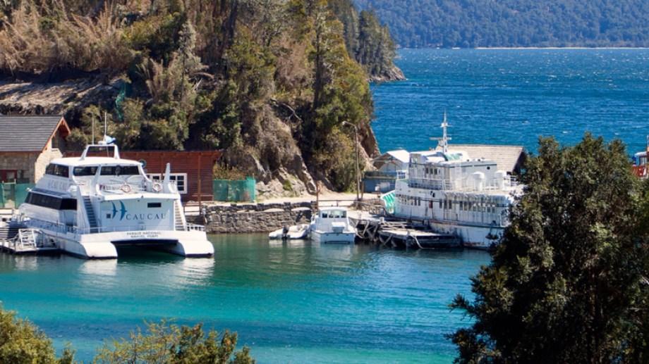 Los catamaranes volverán a salir con turistas desde el puerto Pañuelo, en Bariloche. Archivo