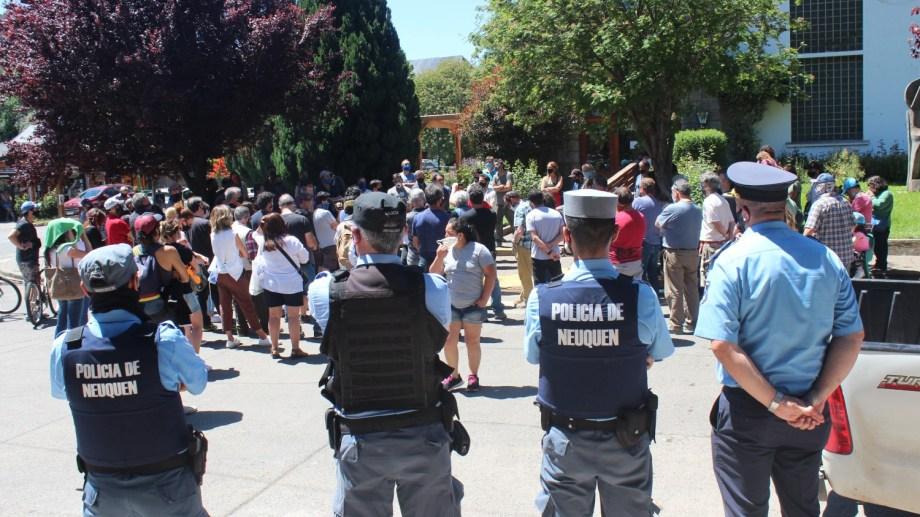 Personal policial se dispuso frente al municipio para garantizar la seguridad.