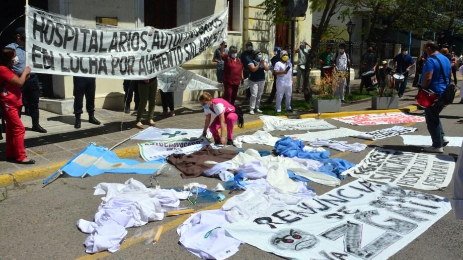 Los hospitalarios de Viedma se movilizaron el jueves y protestaron frente a Casa de Gobierno. fotos  : Marcelo Ochoa
