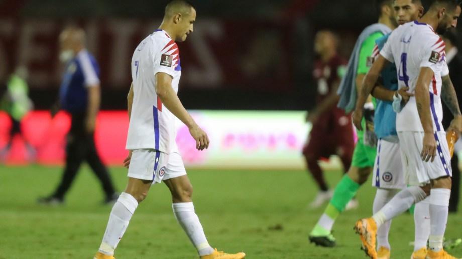 Alexis Sánchez sintetiza la desazón de Chile, que cayó ante Venezuela por 2-1. (Foto/AP)