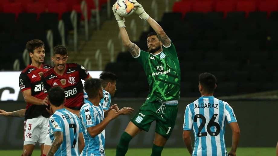 Gabriel Arias hizo de todo para evitar goles de Flamengo y aguantó 93 minutos. En los penales también fue determinante y Racing clasificó.