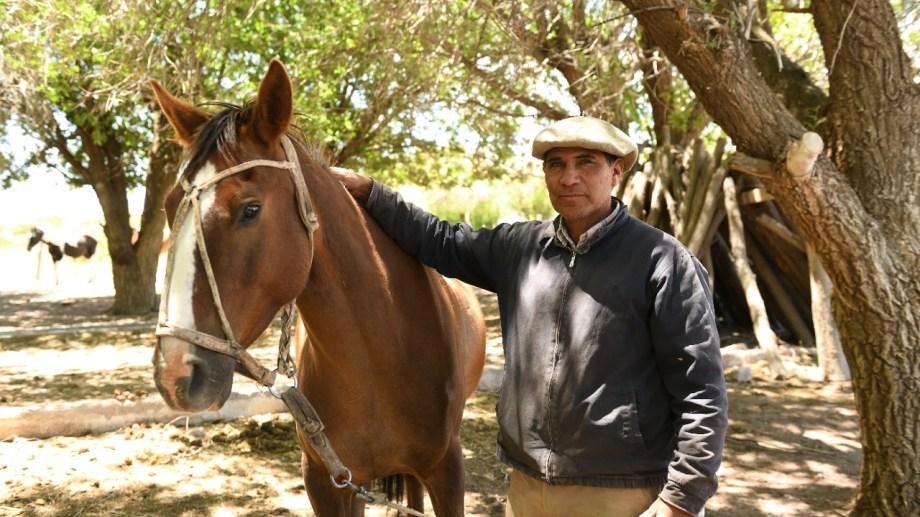 Joaquín Pichimil en el campo de la Línea Sur rionegrina, a 25 km de El Cuy. Foto: Alejandro Carnevale.