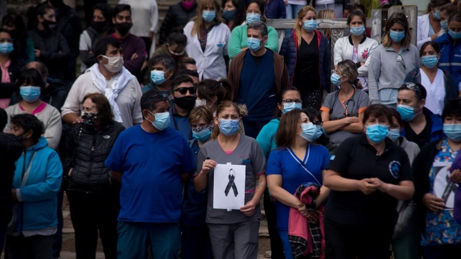 Los trabajdores del hospital de Bariloche de duelo por la muerte de una compañera como consecuencia del coronavirus. Archivo