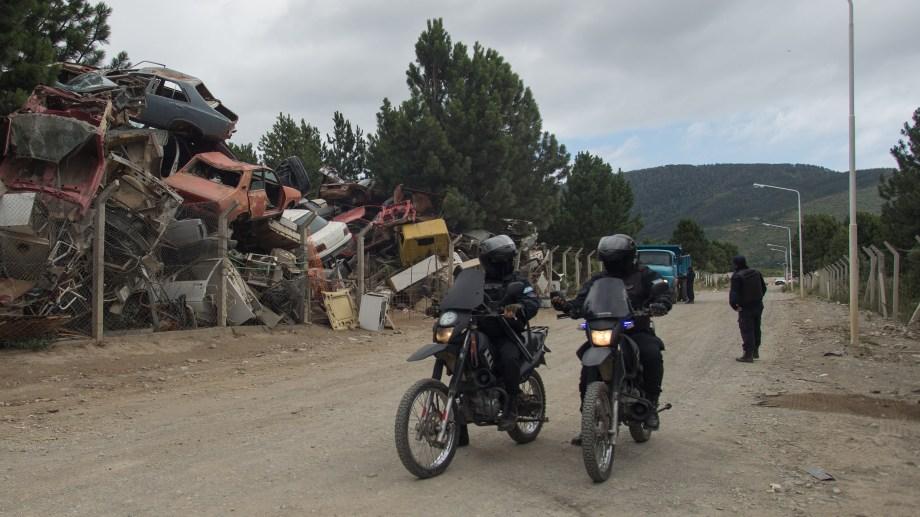 El basural de Bariloche está sobre la ruta nacional 40, en la zona sur de la ciudad. El hallazgo del cuerpo movilizó a la Policía, funcionarios judiciales y autoridades. Foto: Marcelo Martínez