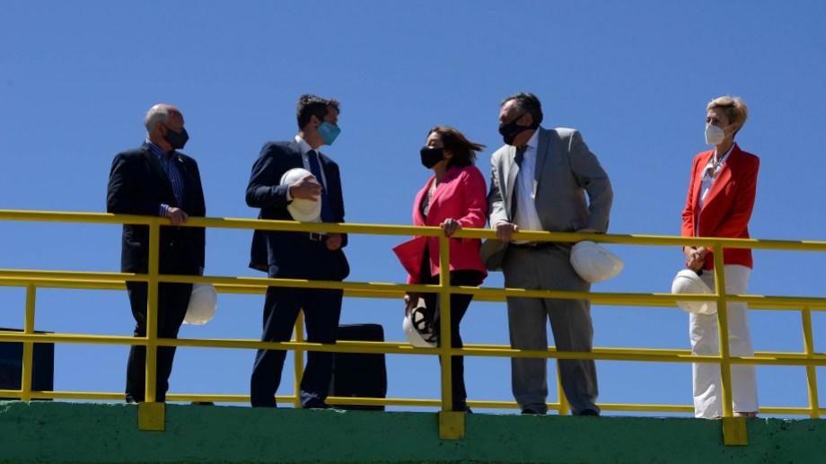 Desde Bariloche la gobernadora habla con el presidente para inaugurar la planta depuradora, junto a García Larraburu y Gennuso. Foto: Alfredo Leiva