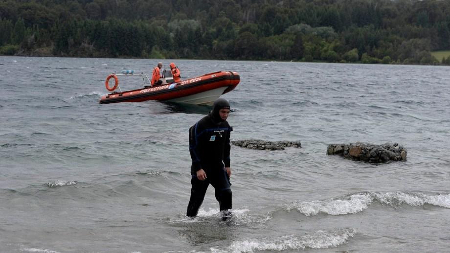 Prefectura Naval Argentina dispuso de tres buzos para buscar a la joven que cayó al arroyo Goye. Archivo