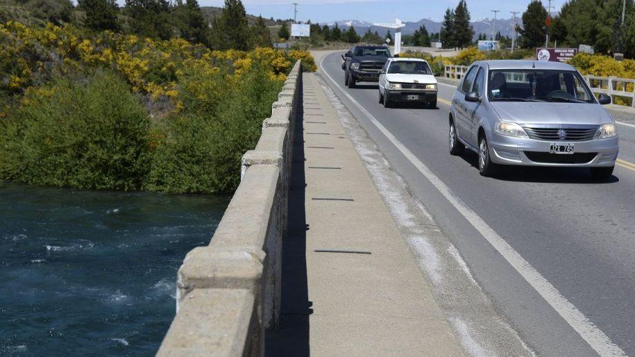 Vehículos con turistas volvieron a cruzar el puente del río Limay en la cordillera, para llegar a destinos neuquinos. Foto: Alfredo Leiva