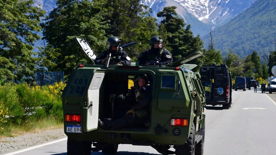 El año pasado, vehículos especiales rodearon la zona de conflicto de Villa Mascardi por una inspección de la fiscalía federal. Archivo