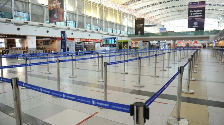 El gobierno quiere desalentar los vuelos al exterior. Exigiría PCR y aislamiento obligatorio para los que viajen.
