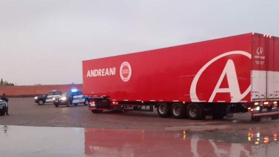 Con los rastros de la tormenta de ayer, el gobernador compartió la imagen del camión que trajo las vacunas Sputnik a Neuquén. (Gentileza).-