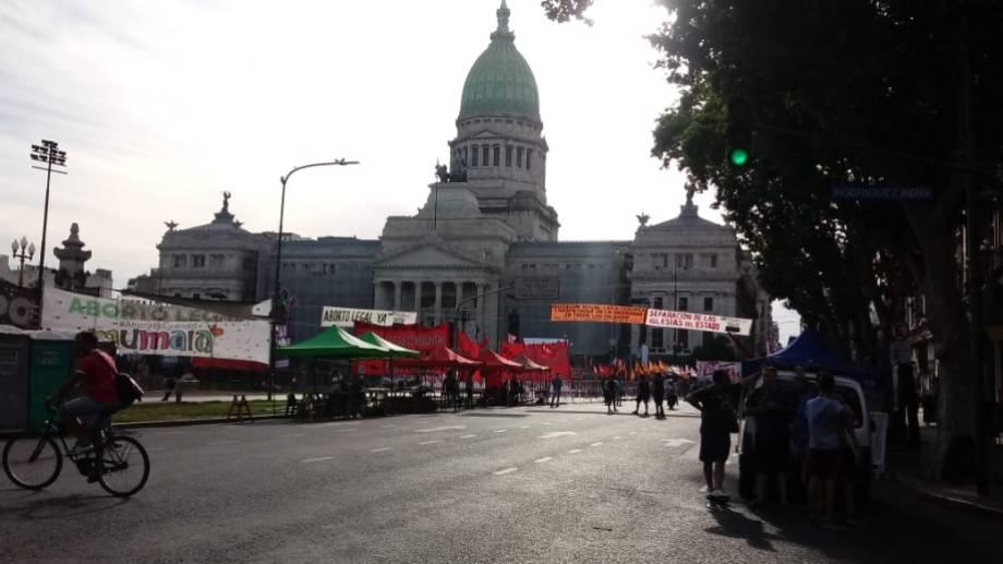 Así se preparaban las vigilias frente al Congreso desde ayer. (Foto @Radio10).-