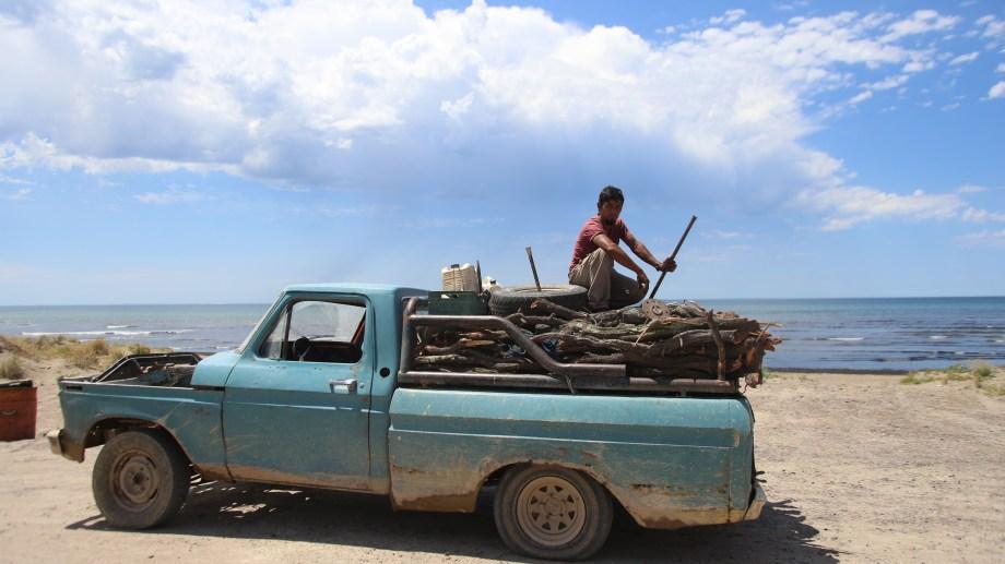 Cristian Firmapaz sale a pulpear y a buscar leña con su antigua camioneta. En la imagen, ayer al mediodía fotografiado por Río Negro cuando se disponía a regresar a San Antonio. Foto: Luciano Cutrera.