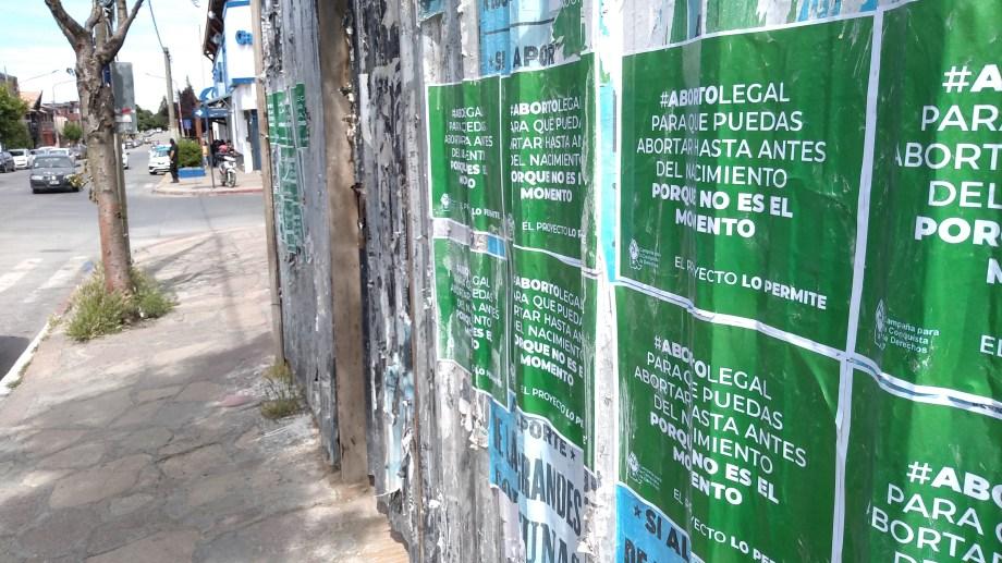 Uno de los paredones con los afiches.
