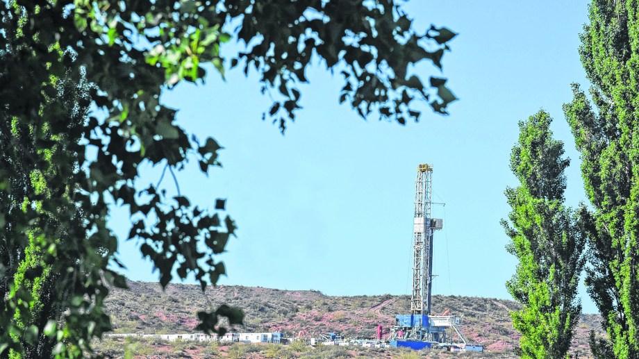 Pese a la reactivación de los trabajos, la producción nacional de petróleo volvió a caer en noviembre.