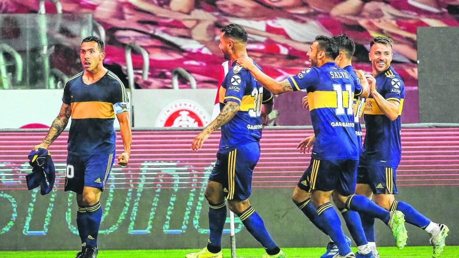 Tevez, con la de Diego en Porto Alegre. Gran victoria de Boca en la ida de los octavos de final.