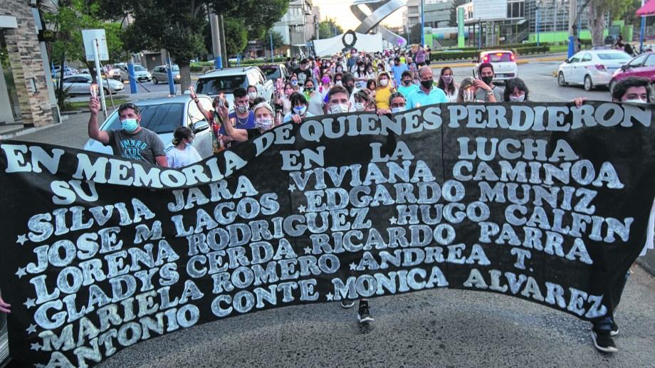 Marcha de antorchas, anoche en Roca. Se recordó a los agentes que murieron por covid-19. (Foto: Juan Thomes)