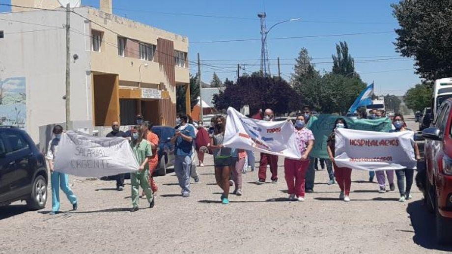 """Con una marcha, realizaron una """"abrazo simbólico"""" al único centro de salud de Jacobacci. Foto: José Mellado."""
