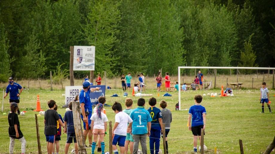 Así son las clases en la escuela de fútbol, en el nuevo predio de Cumbres. Fotos: Patricio Rodríguez.