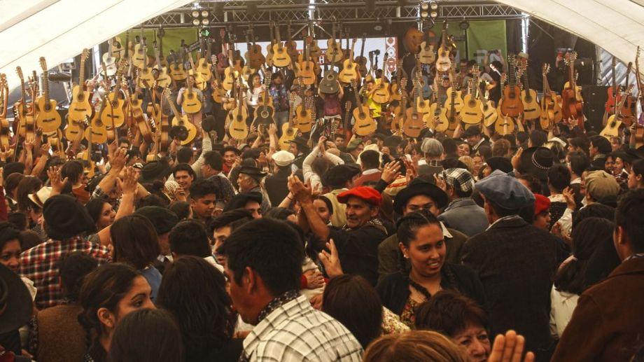 El festival del 19 de octubre del 2019, a 100 años del nacimiento del mito, con baile y guitarras al cielo como símbolo.  Foto: Gonzalo Maldonado.