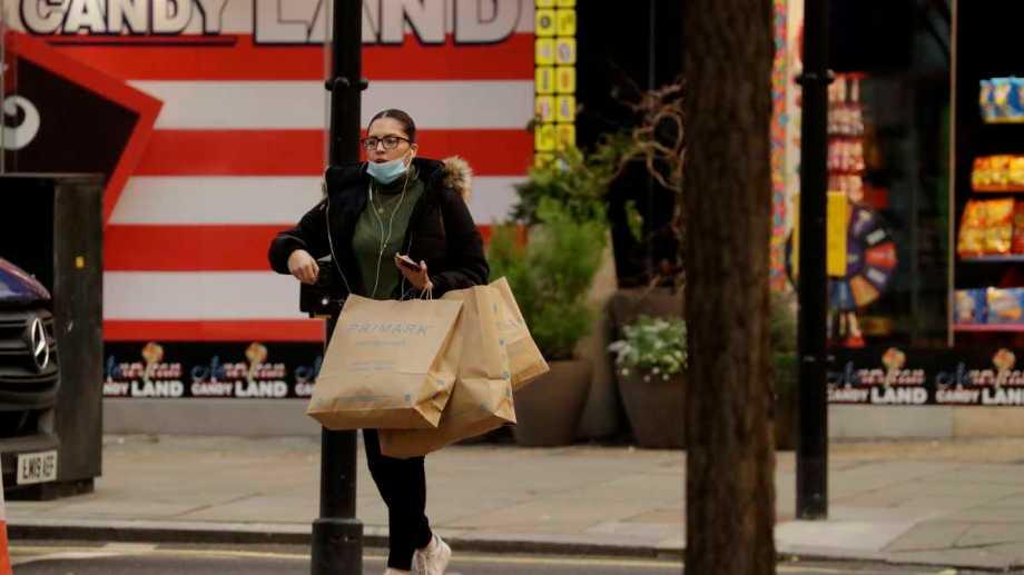 Las tiendas no esenciales volvieron a abrir en Inglaterra.  Foto: AP