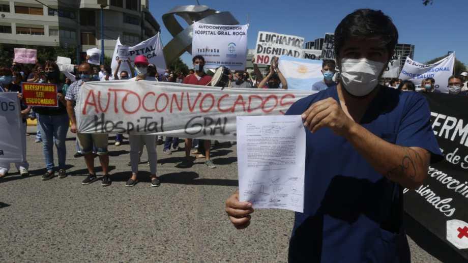 Los autoconvocados de Roca marcharon desde el hospital hacia el centro, exhibiendo la nota con las renuncias. (Foto: Juan Thomes)