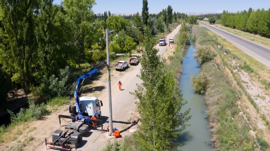 Los trabajos a la vera de la Ruta Provincial 6, para construir la línea de media tensión.