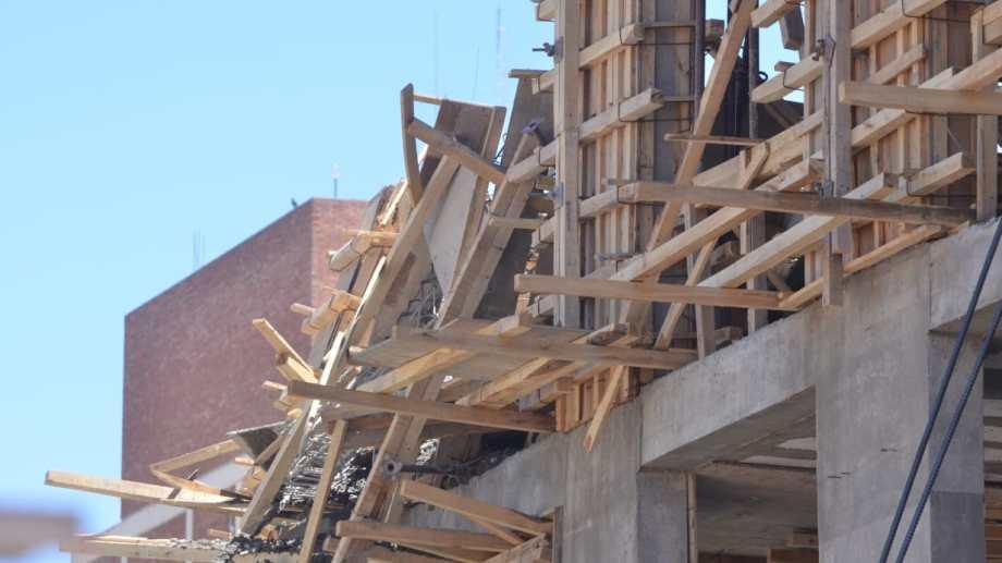 La fiscalía investiga las causas del derrumbe en una obra en construcción de Neuquén. (Yamil Regules).-