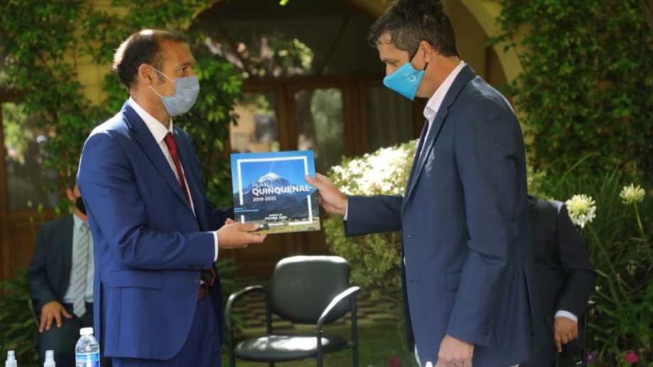 Junto a Cresto, Gutiérrez firmó también un convenio marco para implementar el programa Dignificar. (Gentileza).-