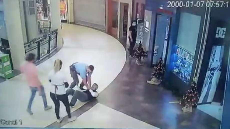 Piedrabuena, juez de Garantías de Neuquén, fue detenido con su mujer tras protagonizar un incidente en un supermercado. Foto: Captura de video.