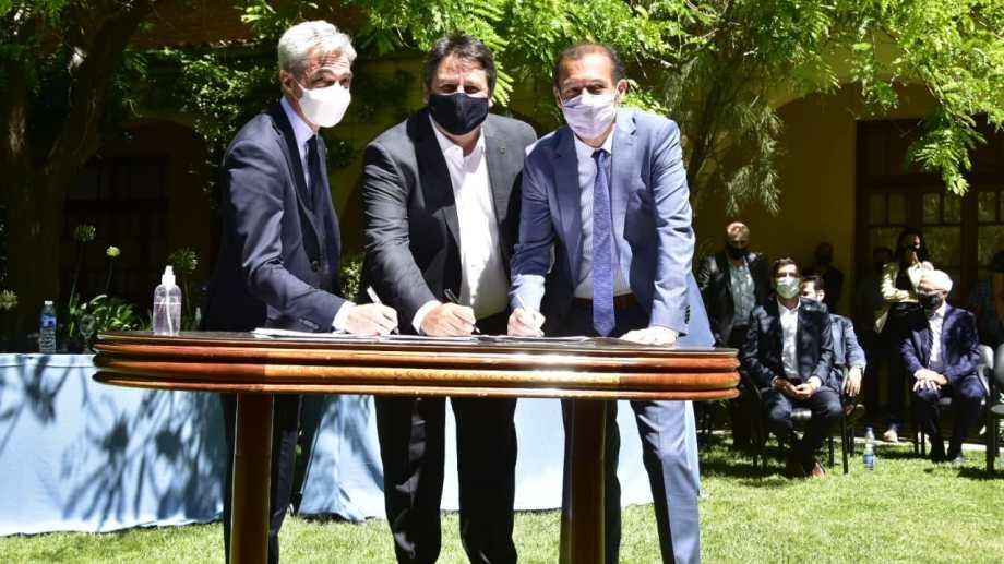 El ministro de Transporte firmó convenios con varios municipios. Foto: gentileza.