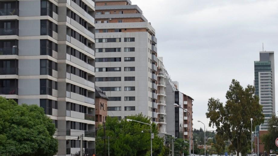 Los edificios se multiplicaron en los últimos cinco años en la capital neuquina. Foto: Florencia Salto.