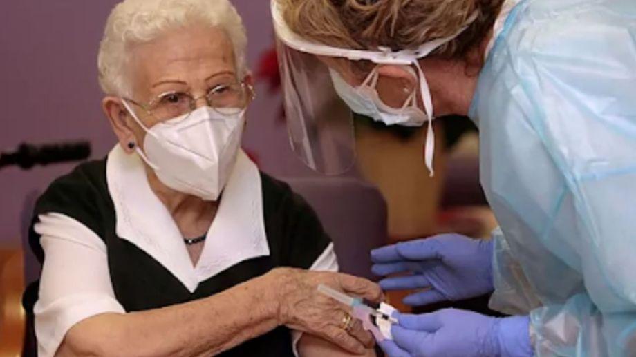 La primera española en ser vacunada hoy fue Araceli, de 96 años.
